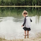 Voda!💦 Najlepší spôsob ochladenia počas  horúcich dní . ☀️Deti sa neuveriteľne rady čľapkajú. Veď aj pre nás - mamičky a ockov, je osviežujúce môcť ponoriť nohy do vody a relaxovať. ☀️S pribúdajúcimi teplotami sa však zvyšuje riziko pôsobenia škodlivých UV lúčov. STONZ UV-oblečenie pre deti ponúka bezpečnú ochranu a navyše aj skvele vyzerá. Od módnych UV-tričiek až po jednodielne UV-overaly nájdete na stonzwear.sk to správne oblečenie na ochranu pred slnečným žiarením pre deti všetkých vekových skupín. Presvedčte sa na👉🏻stonzwear.sk👈🏻 . STONZ • For every day adventures . 📷 @katelyn.faulkner